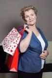 有她的购物的老妇人 库存图片