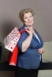 有她的购物的老妇人 免版税库存图片