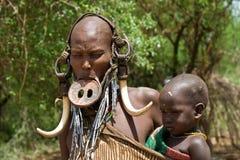 有她的Mursi部落的婴孩的妇女 免版税库存照片