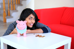 有她的piggybank的印第安愉快的女孩 免版税库存图片