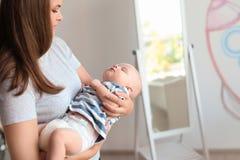 有她睡觉的婴孩的母亲 免版税库存照片