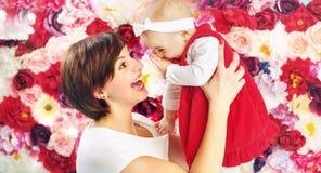 有她笑的女儿的微笑的妈妈 免版税库存图片