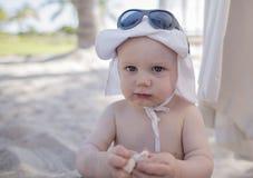 有好太阳保护的男婴在海滩在墨西哥 图库摄影