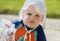 有好太阳保护的男婴在海滩在墨西哥 免版税库存图片