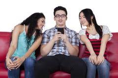 有好奇朋友的年轻人 免版税库存照片