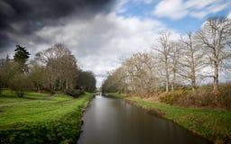 有好的云彩的运河 免版税库存图片