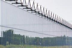 有好的反射的温室建筑在祖特尔梅尔,荷兰附近 免版税库存图片