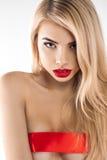 有好的构成的可爱的金发碧眼的女人和在她的乳房的一条红色丝带 库存图片