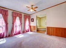 有好的窗帘的空的卧室 图库摄影