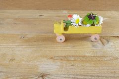 有好的花花束和苜蓿叶形立交路口的一辆玩具汽车 免版税库存图片
