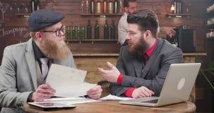 有好的衣服的同意在公司的报告的自由职业者和胡子 股票录像