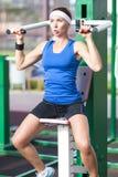 有好的适合的正面白种人女运动员训练户外 装备在专业衣物 免版税库存图片