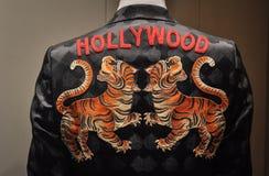 有好莱坞标志和两只老虎的黑夹克 免版税库存照片