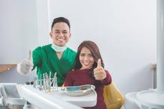 有妇女的患者牙齿治疗 免版税图库摄影