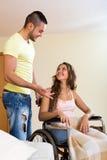 有妇女的社会工作者轮椅的 免版税库存图片