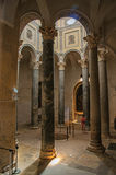 有妇女的Aix大教堂在专栏和光中从上面在艾克斯普罗旺斯 免版税图库摄影
