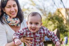有妈咪的愉快的婴孩 免版税库存照片