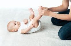有妈咪的婴孩做按摩 免版税库存图片