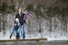 有妈妈的两个妹获得乐趣秋天 免版税库存照片