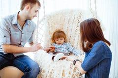 有妈妈的孩子摇摆的 免版税库存图片