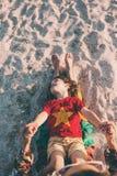 有妈妈的孩子海滩的 免版税库存照片