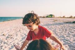 有妈妈的孩子海滩的 免版税库存图片