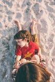 有妈妈的孩子海滩的 库存照片
