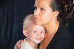 有妈妈的微笑的男孩 免版税库存照片