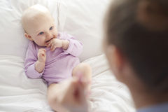 有妈妈的愉快的女婴 图库摄影