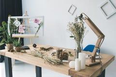 有委员会、干燥花和麦子耳朵的卖花人工作场所 库存图片
