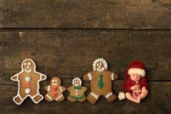 有姜饼曲奇饼家庭的新生儿 库存照片