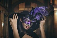 有威尼斯式屏蔽的神奇妇女 免版税库存图片
