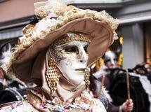 有威尼斯式面具的典雅的夫人 免版税图库摄影