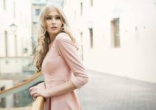有娇嫩的皮肤的可爱的白肤金发的妇女 免版税库存照片