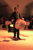 演奏鼓的Musican在土耳其夜在土耳其在Cappadocia附近 库存照片