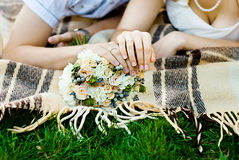 有婚戒的新娘和新郎的手。软的焦点 免版税库存照片