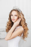 有婚礼发型和构成的秀丽妇女 免版税库存照片