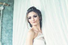 有婚礼发型的美丽的深色的妇女未婚妻 库存图片