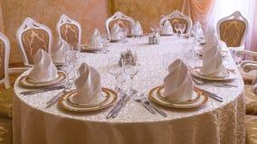 有婚礼桌的餐馆白色大厅 图库摄影