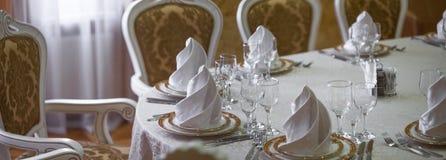 有婚礼桌的餐馆白色大厅 免版税库存图片