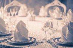 有婚礼桌的餐馆白色大厅 免版税库存照片