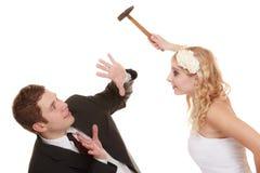 有婚礼的夫妇论据冲突,坏关系 免版税库存照片