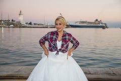 有婚礼礼服的白肤金发的妇女 免版税库存照片