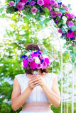 有婚礼花束的女傧相 婚礼的12月曲拱 库存照片