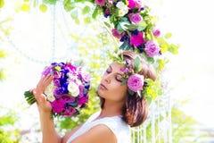有婚礼花束的女傧相 婚礼的12月曲拱 免版税库存图片