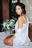有婚礼花束的新娘 免版税库存图片