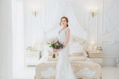 有婚礼花束的甜新娘 免版税库存图片