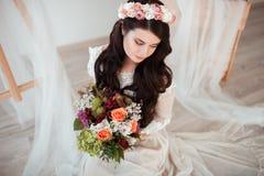 有婚礼花束的美丽的新娘在白色背景 免版税图库摄影