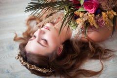 有婚礼花束的美丽的新娘在白色背景 库存图片