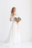 有婚礼花束的年轻可爱的新娘 免版税库存图片